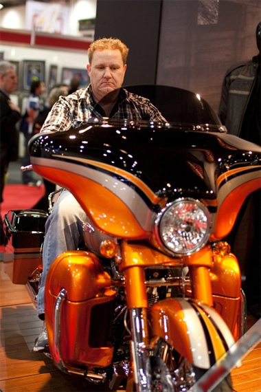 Người đẹp ở London Motorcycle Show quyến rũ