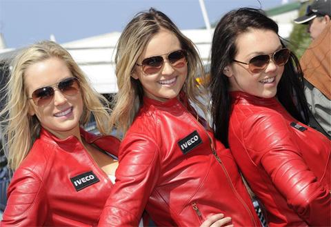 Người mẫu xinh đẹp bên đường đua MotoGP hấp dẫn