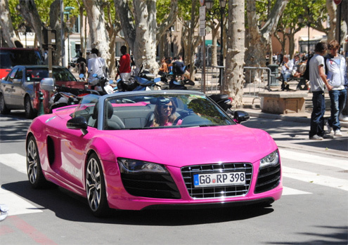 Người đẹp lái siêu xe Audi R8 hồng cá tính