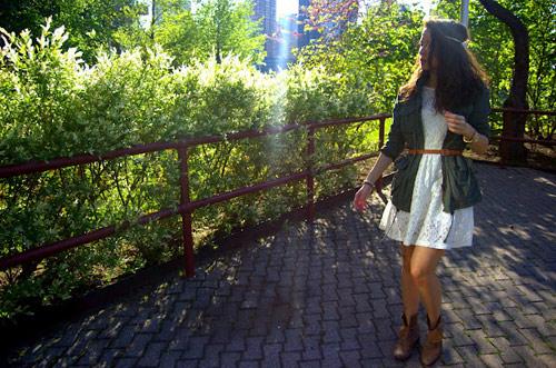 Cô gái đẹp tựa thiên thần với váy ren trắng
