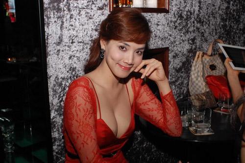 Váy áo hở táo bạo của Trang Nhung