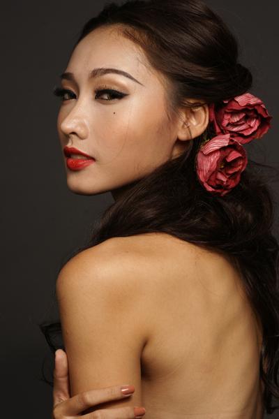 Siêu mẫu Tô Uyên Khánh Ngọc mặc váy hở trọn lưng trần hấp dẫn