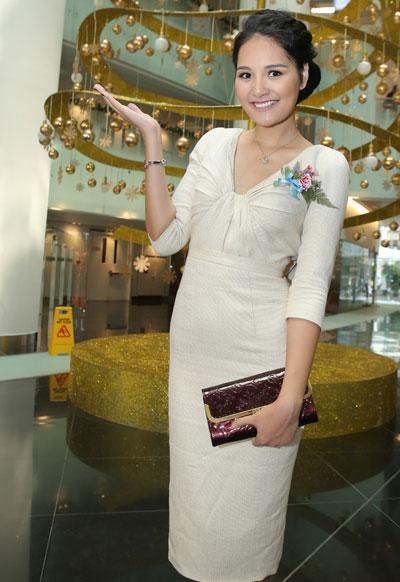 Hương Giang khoe lưng bằng váy bèo đổ sáng tạo