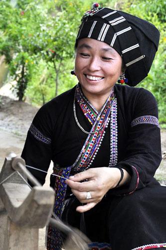 Thiếu nữ Lự duyên dáng trong váy áo truyền thống dân tộc