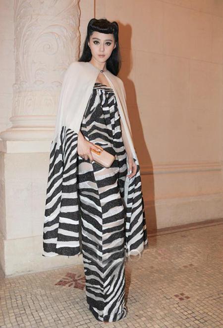 Sao gốc Hoa cá tính với váy họa tiết hoan dã