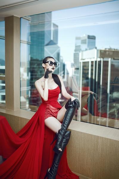 Quỳnh Thy nóng bỏng với váy dạ hội