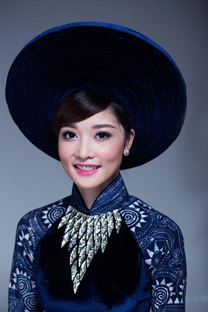 Hoa hậu Triệu Thị Hà thướt tha áo dài thổ cẩm tinh tế