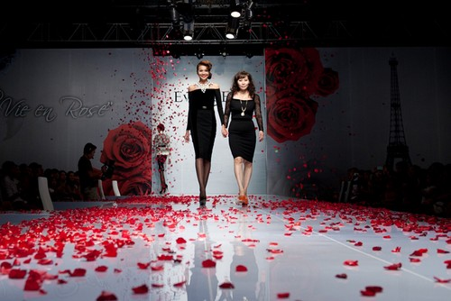 Mẫu sải bước trong Fashion Runway 3