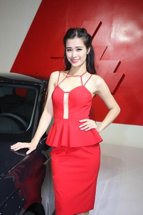 Đông Nhi mặc lại váy xẻ táo bạo của Thùy Lâm