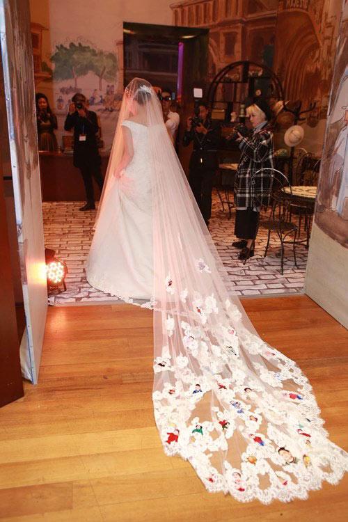 Bộ váy cưới Ngân Khánh mượn ý tưởng từ Angelina Jolie?