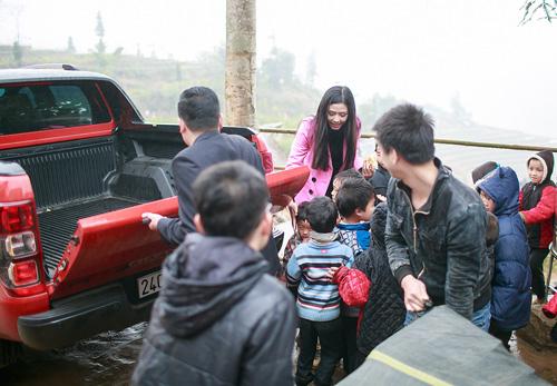 Nguyễn Thị Loan được em bé vùng cao vây kín yêu thích