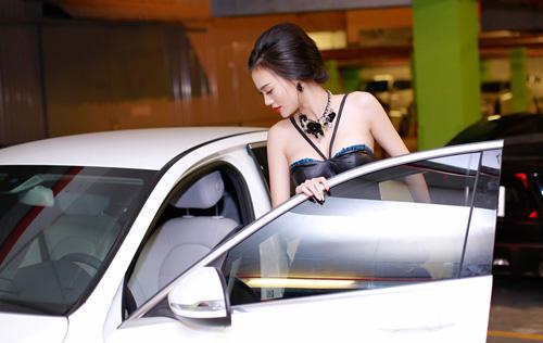 """Cao Thùy Linh gây """"nhức mắt"""" vì váy quây"""