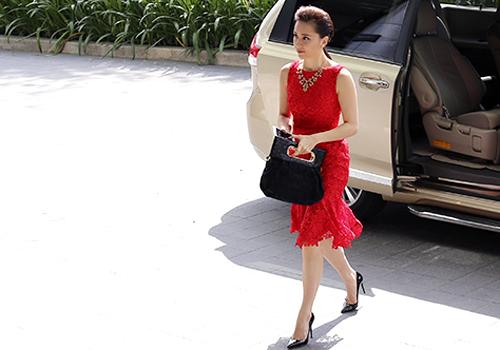Dương Trương Thiên Lý diện váy ren kín đáo