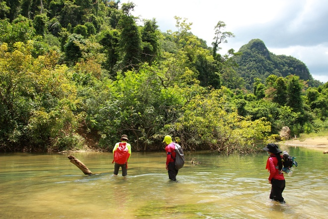 Cùng soi chuyến khám phá hệ thống hang Tú Làn