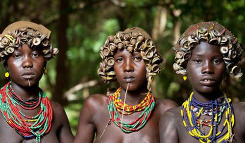 Thời trang tái chế của bộ lạc ở Ethiopia