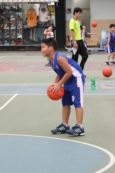 Chơi bóng rổ giúp bé Bảo cao khỏe bố mẹ cần lưu ý