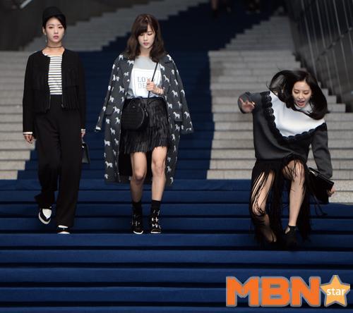 Sao Hàn rơi giày ở đại tiệc thời trang