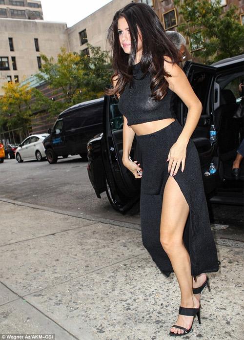 Selena Gomez ủng hộ ngày Quốc tế không áo lót