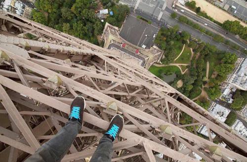 Chàng trai liều mạng leo tháp Eiffel quay phim selfie nguy hiểm