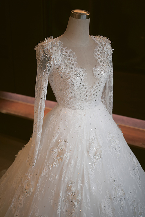 """Chiếc váy cưới đẹp """"đến nín thở"""" của Tú Vi"""