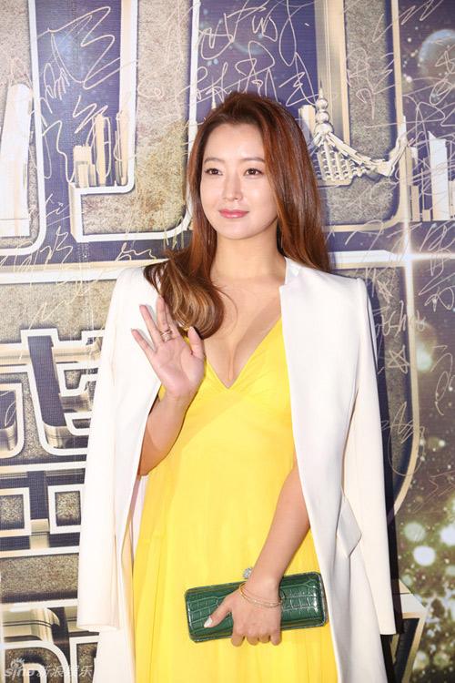 Kim Hee Sun gợi cảm bất ngờ trên thảm đỏ hút hồn