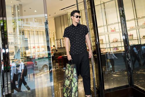 Lý Quí Khánh vung tiền sắm hàng hiệu đi Event
