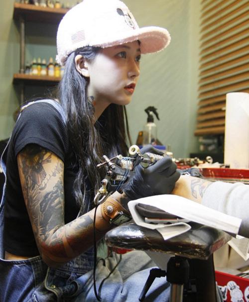 Nữ thợ xăm có vẻ đẹp búp bê gây sốt tại Hàn