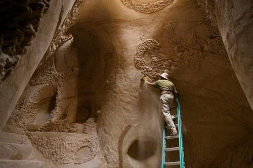Ông cụ dành 25 năm để xây hang trên sa mạc kì thú
