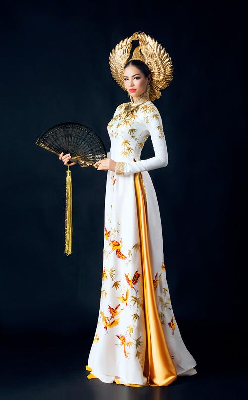 Phạm Hương khoe eo thon trong trang phục dân tộc