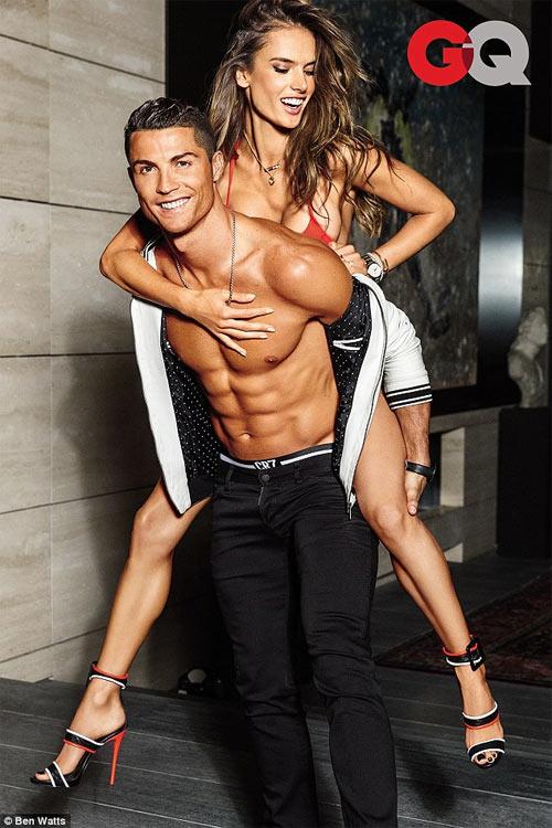 Cristiano Ronaldo tình tứ bên siêu mẫu sexy nhất Brazil