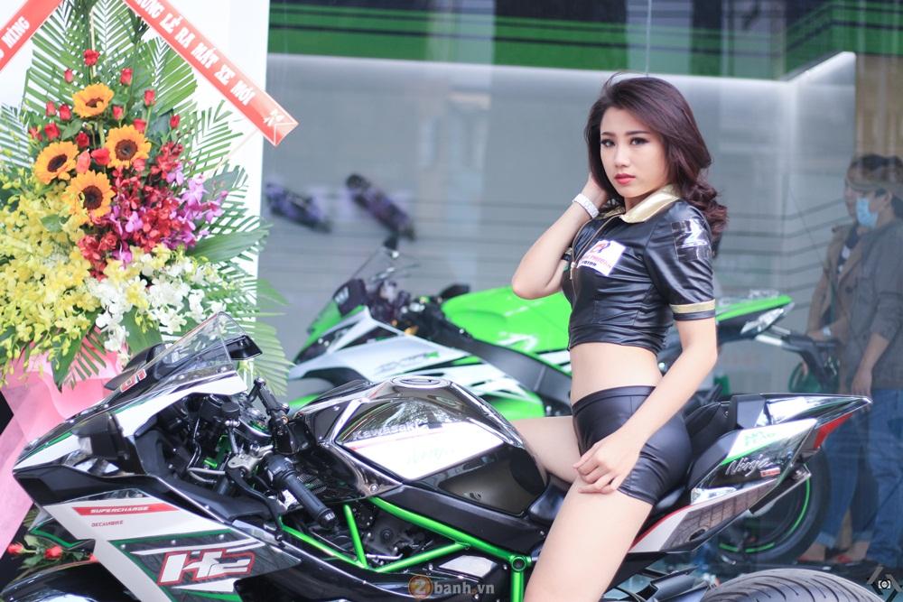 Kawasaki H2 độ tem đấu đọ dáng cùng chân dài