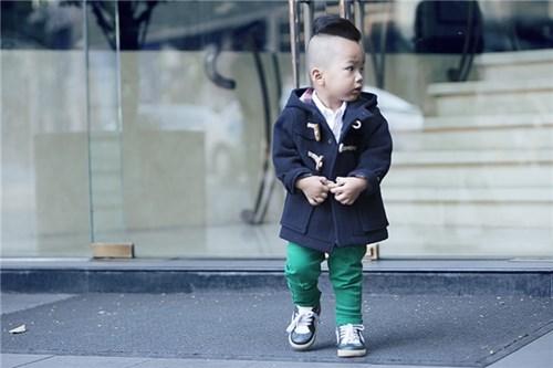 Nhóc tì 2 tuổi có gu thời trang đầy hấp dẫn