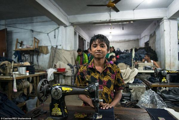 Những mảnh đời 'chết' trong xưởng thời trang bình dân