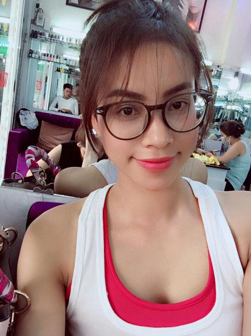 HH Phạm Hương lần đầu cắt tóc mái thưa