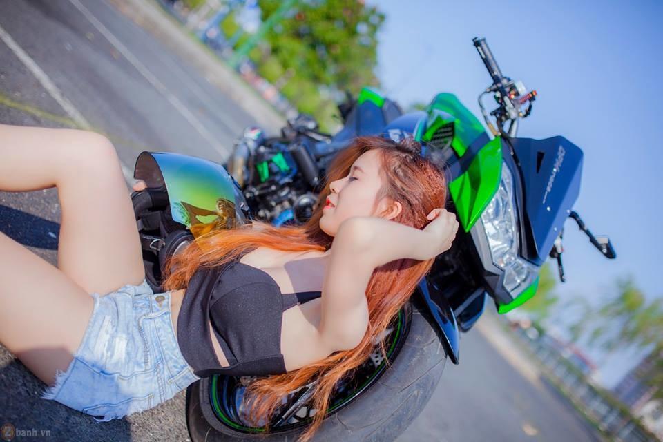 Kawasaki Z1000 hầm hố bên cạnh mẫu teen xinh đẹp
