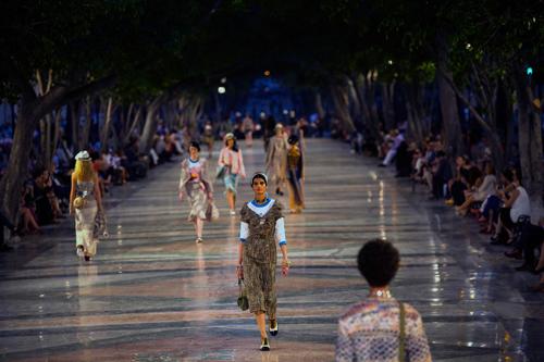 Chanel tới Cuba không phải vì tiền!