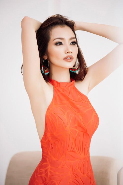 "Hoa hậu ""ngoan nhất Vbiz"" khoe lưng trần gợi cảm"