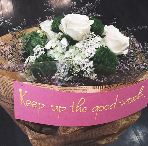 Louis Nguyễn ngọt ngào mua hoa tặng vợ