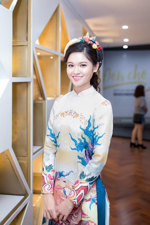 Á hậu Thùy Dung khoe tài đàn và hát tại sự kiện trao giải ở TP.HCM.
