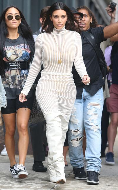 Kim Kardashian diện đồ khoe nội y do chồng thiết kế