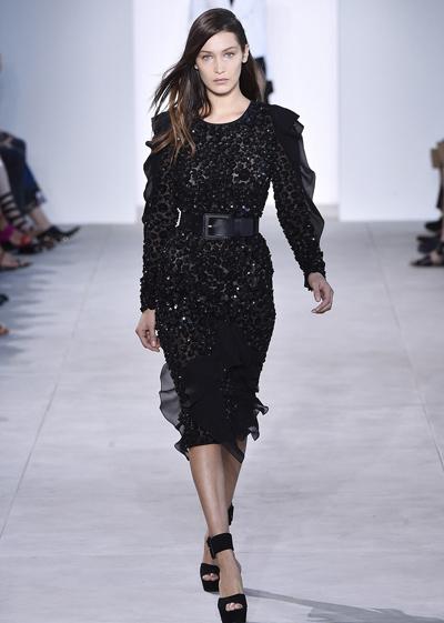 Người mẫu Bella Hadid ngã nhào trên sàn catwalk