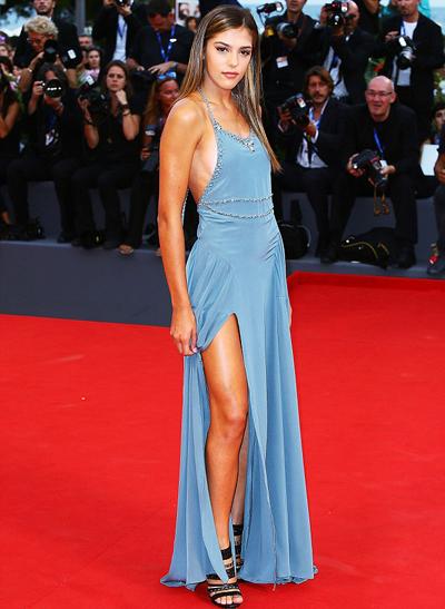 Sistine Stallone diện mốt không nội y ở Venice