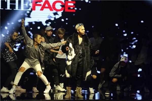 """Sơn Tùng mặc """"áo đôi"""" với G-Dragon đêm chung kết The Face Vietnam"""