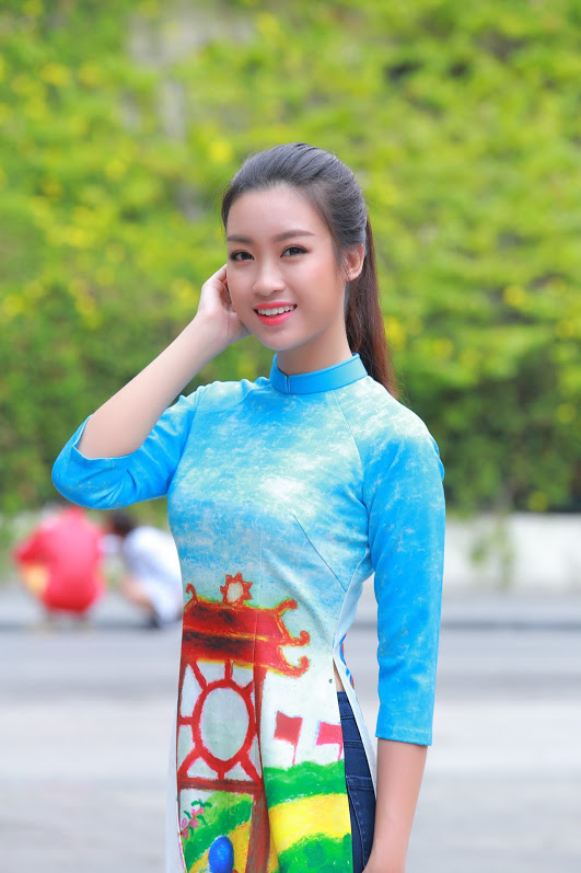 Đỗ Mỹ Linh bị fan vây kín khi mặc áo dài và quần jeans tại Hồ Gươm