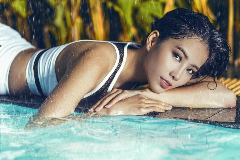 Nam Em khoe dáng chuẩn từng mi-li-mét bên bể bơi