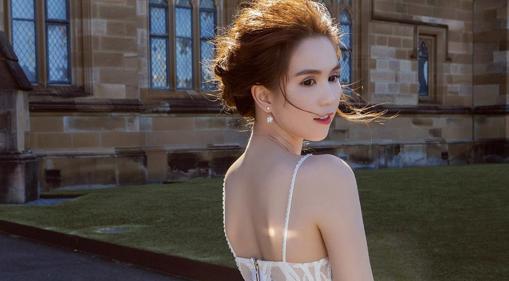 Ngọc Trinh tự tin dạo phố Sydney với đầm voan trắng