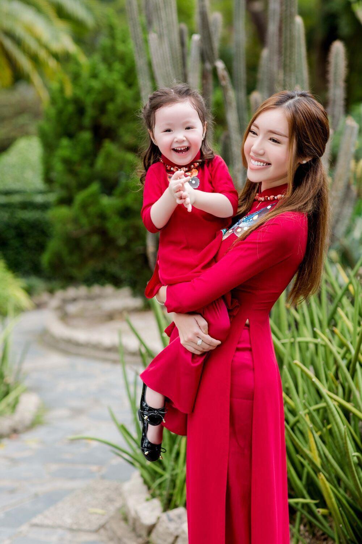 Elly Trần và Cadie Mộc Trà mặc áo dài đôi siêu đẹp