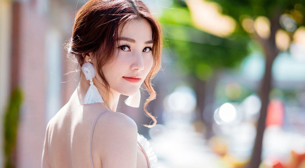 Dự sự kiện phim Hàn, Diễm My 9X phối đồ đầy gợi cảm