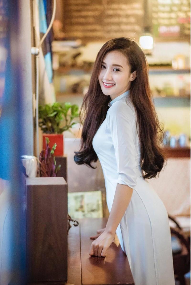 Hot Girl khoe dáng chuẩn, mặt xinh trong tà áo dài