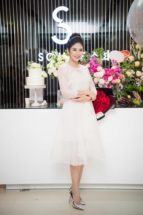 Ngọc Hân chúc mừng thời trang Sohee khai trương